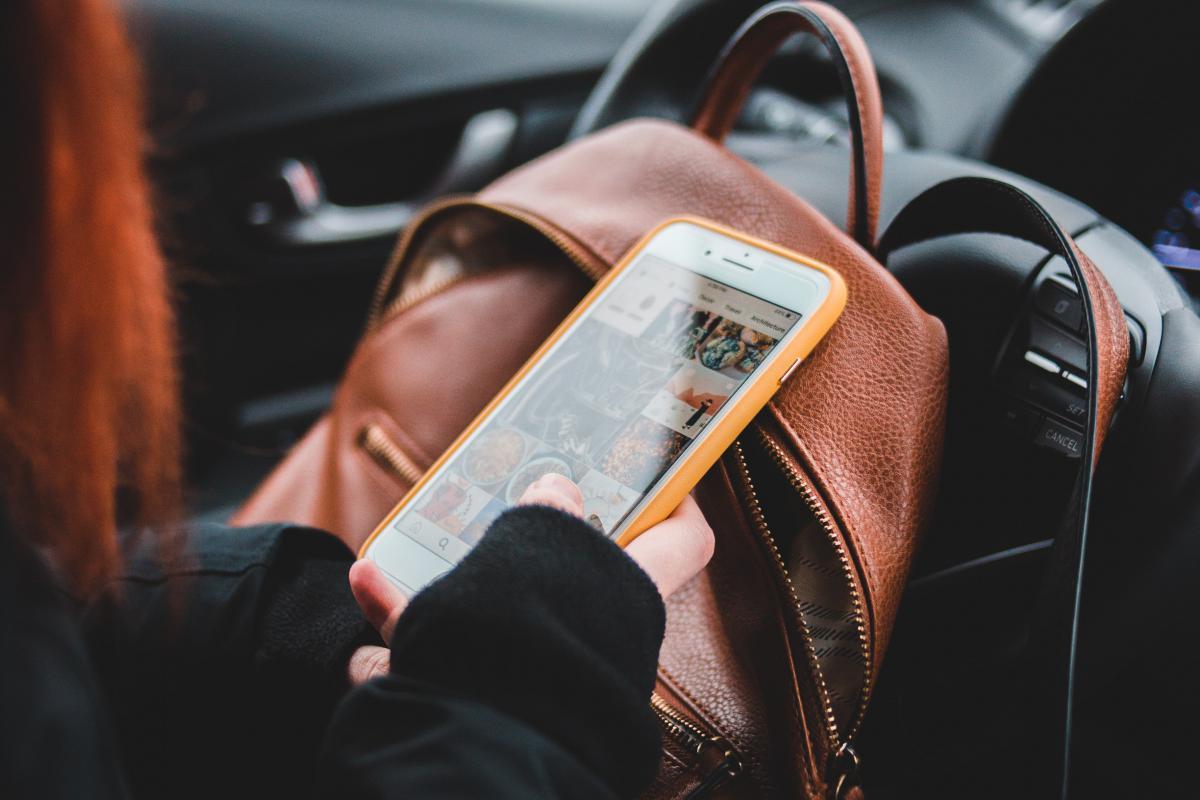 La DGT informa: Así toques el móvil mientras conduces podrás ser multado y quitarte 6 puntos del carné